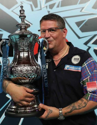 Gary Anderson kissing the trophy
